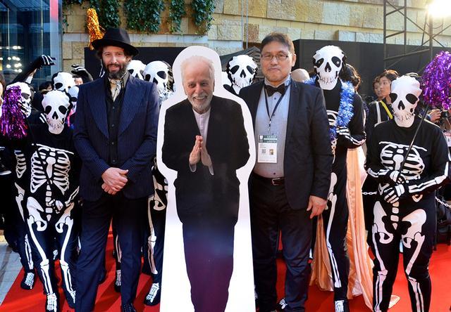 画像: 主演のアダン・ホドロフスキー来日!『エンドレス・ポエトリー』を象徴するドクロ集団を引き連れ東京国際映画祭レッドカーペットを行進!