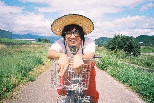 """画像: 映像作家。高知県出身。ドキュメンタリーをベースに様々なミュージシャンの MV、ドキュメント作品を手 掛ける。2016 年に発表した、元カノとの 2 年間の日々を写真と映像で生々しく綴った MOROHA「バラ色の日々」 MV が話題を集める。2017 年 2 月、BiS のライバル""""SiS"""" が消滅する様子を追ったドキュメンタリー映 画『WHO KiLLED IDOL ? ‒SiS 消滅の詩‒』で商業デビュー。そして、MOROHA のツアーに同行しながらお客 さんや家族の人生を MOROHA の音楽と照らし合わせた『劇場版 其ノ灯、暮ラシ』を発表。最新作は、BiSH の ドキュメンタリー映画『ALL YOU NEED is PUNK and LOVE』が 12 月 9 日に渋谷 HUMAX シネマほか全国の劇場 で順次公開。映画『アイスと雨音』のドキュメンタリーを担当している。"""