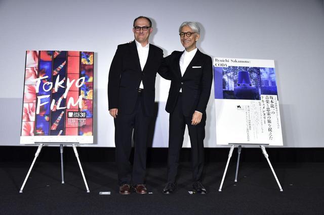 画像: 左より坂本龍一、スティーブン・ノムラ・シブル監督