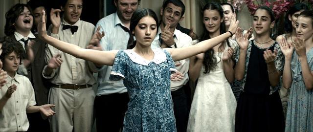 画像1: 戦火の不安に包まれるジョージアのトビリシを舞台に二人の少女の友情と成長を描いた『花咲くころ』岩波ホール創立50周年記念作品第1弾として公開!