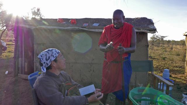 画像: 左は土壌学が専門の田中樹先生。現地の言葉を教えてもらう様子。