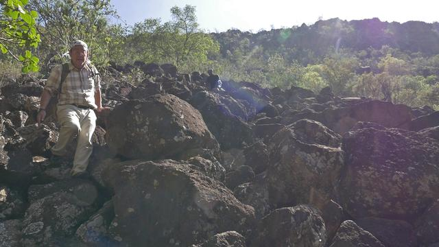 画像: 岩場を下る田中樹先生