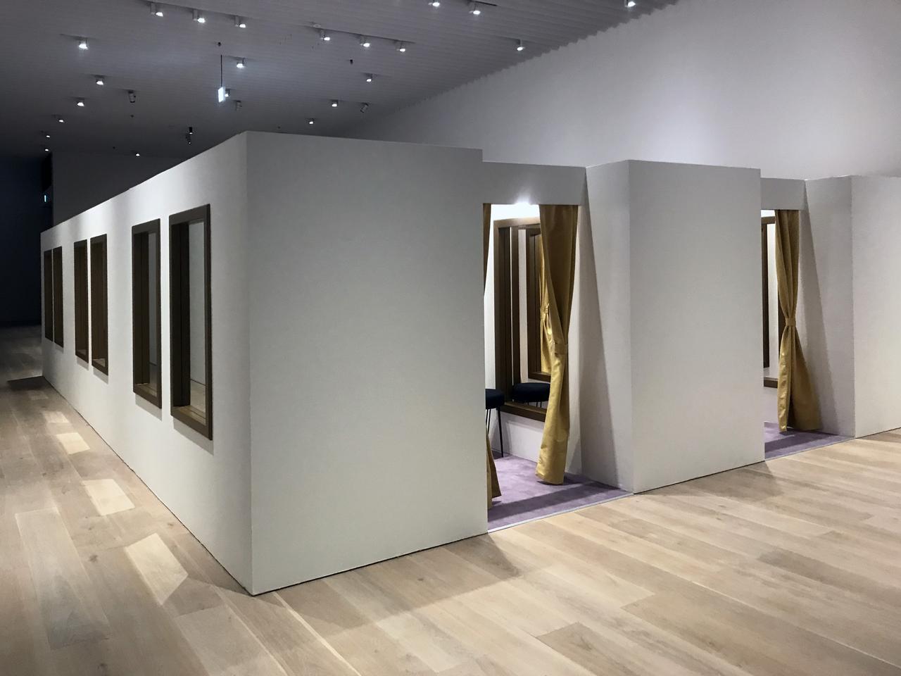画像: 《試着室》 Changing Rooms 2008 パネル、フレーム、鏡、スツール、カーテン、照明 Panel, frame, mirror, stool, curtain, light サイズ可変| Dimensions variable Courtesy: Luciana Brito Galeria photo©cinefil:ms