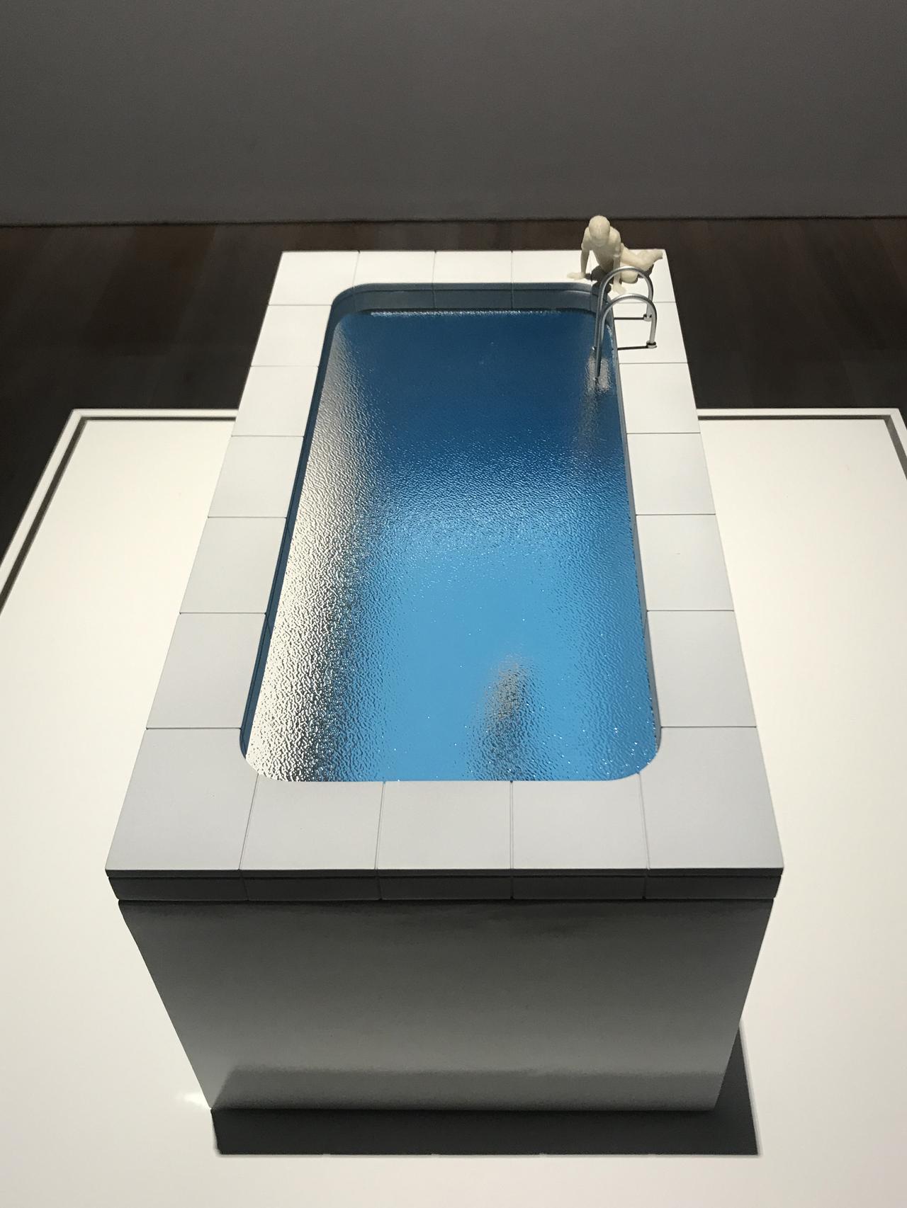 画像: 《スイミング・プール[模型]》 The Swimming Pool [model] 1999 プラスチック、高透過アクリル Plastic, clear textured acrylic 25.2 × 46 × 25.2 cm 作家蔵| Collection of the Artist photo©cinefil:ms