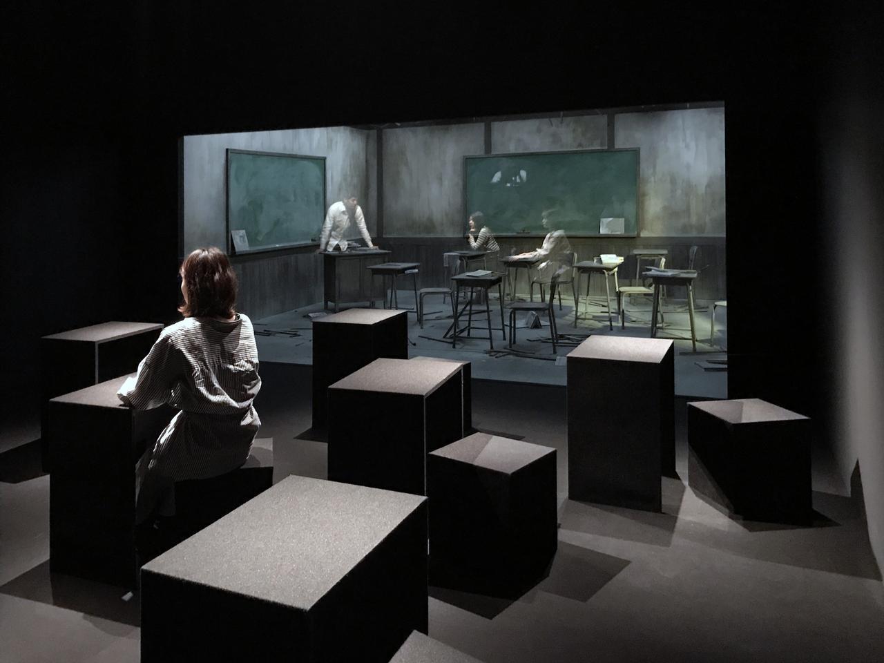 画像: 《教室》 The Classroom 2017 木材、窓、机、椅子、ドア、ガラス、照明 Wood, window, desk, chair, door, glass, light  1220 × 550 × 430 cm photo©cinefil:ms