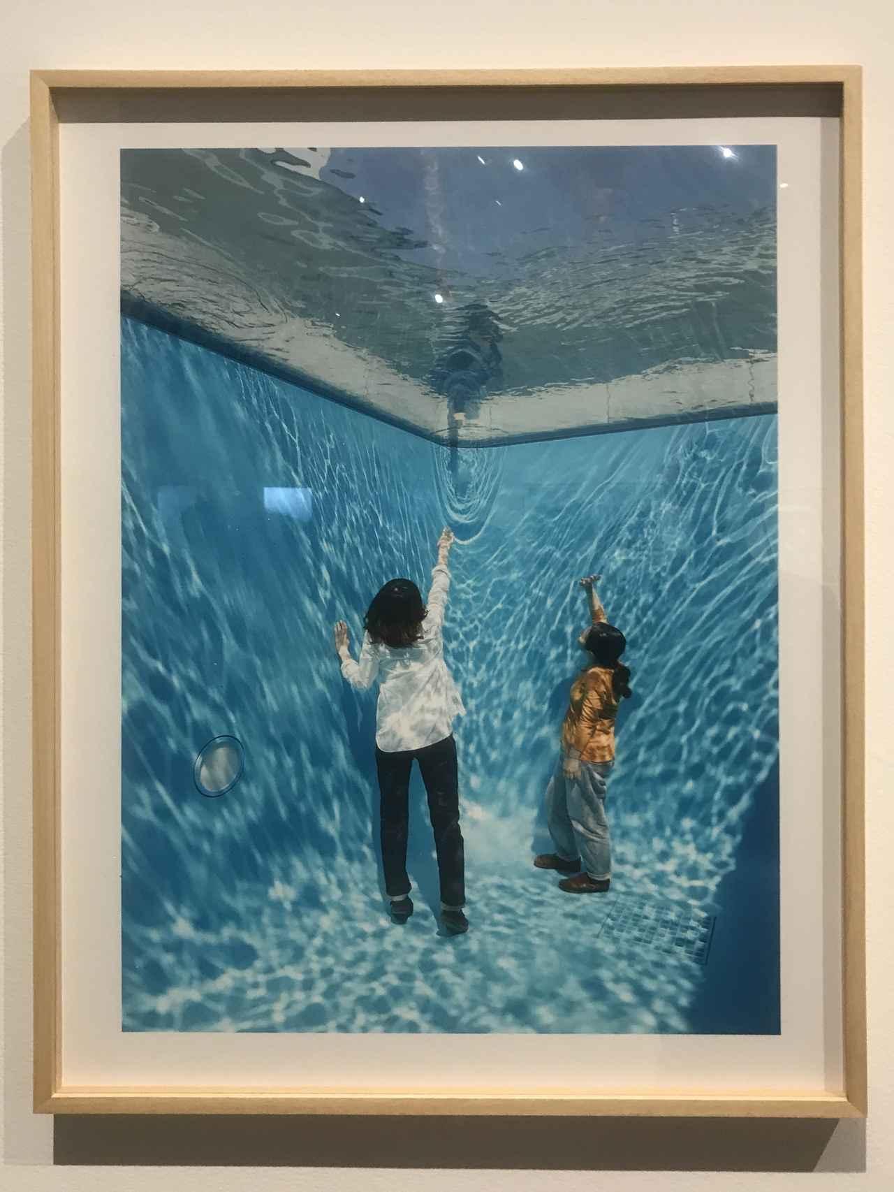 画像: 《スイミング・プール [記録写真]》 Documentation Photography of The Swimming Pool 2014 インクジェットプリント| Inkjet print 85.3 × 60.3 cm 写真:木奥恵三| Photo: Kioku Keizo 画像提供:金沢21 世紀美術館 Photo Courtesy: 21st Century Museum of Contemporary Art, Kanazawa photo©cinefil:ms