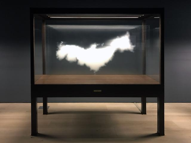 画像: 《雲(日本)》The Cloud (Japan) 2016 高透過ガラス、セラミック・インク、木材、照明 Ultra clear glass, ceramic ink, wood, light  199.5 × 205 × 81 cm 作家蔵| Collection of the Artist Courtesy: Sean Kelly Gallery and Art Front Gallery photo©cinefil:ms