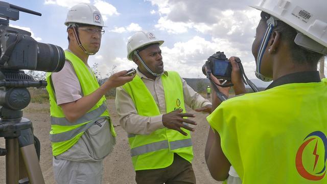 画像: 研究者の質問に答える発電所の職員