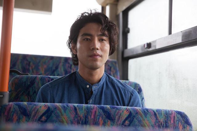 画像: 1988年8月29日生まれ。東京都出身。2006 年、映画『タイヨウのうた』で映画デビュー。2008年に 『トウキョウソナタ』で、高崎映画祭最優秀新人男優賞を受賞した後、2010 年には『ウルトラマン ゼロ THE MOVIE 超決戦!ベリアル銀河帝国』で映画初主演を果たした。さらに活躍の場を舞台にも広 げて、2012 年『家康と按針』での初舞台から『非常の人 何と非常に〜奇譚 平賀源内と杉田玄白〜』 (2013)、『炎 アンサンディ』(2014)『すべての四月のために』(2017)など話題作に出演し、 2015 年からは小柳兄弟ユニットGus4 による二人芝居を制作・運営。他にも『ミス・パイロット』(2 013/CX)、『ゴーストライター』 (2015/CX)など数多くのテレビドラマでも活躍。 ©2017 埼玉県/SKIPシティ彩の国ビジュアルプラザ