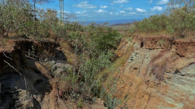 画像: 土壌侵食で崩れていく土地