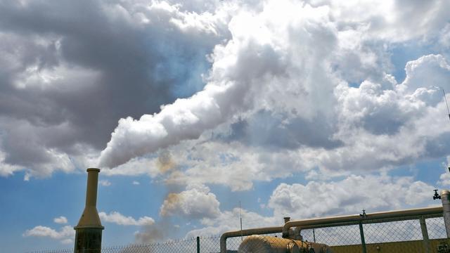 画像: 地熱発電所、ものすごい轟音が響く