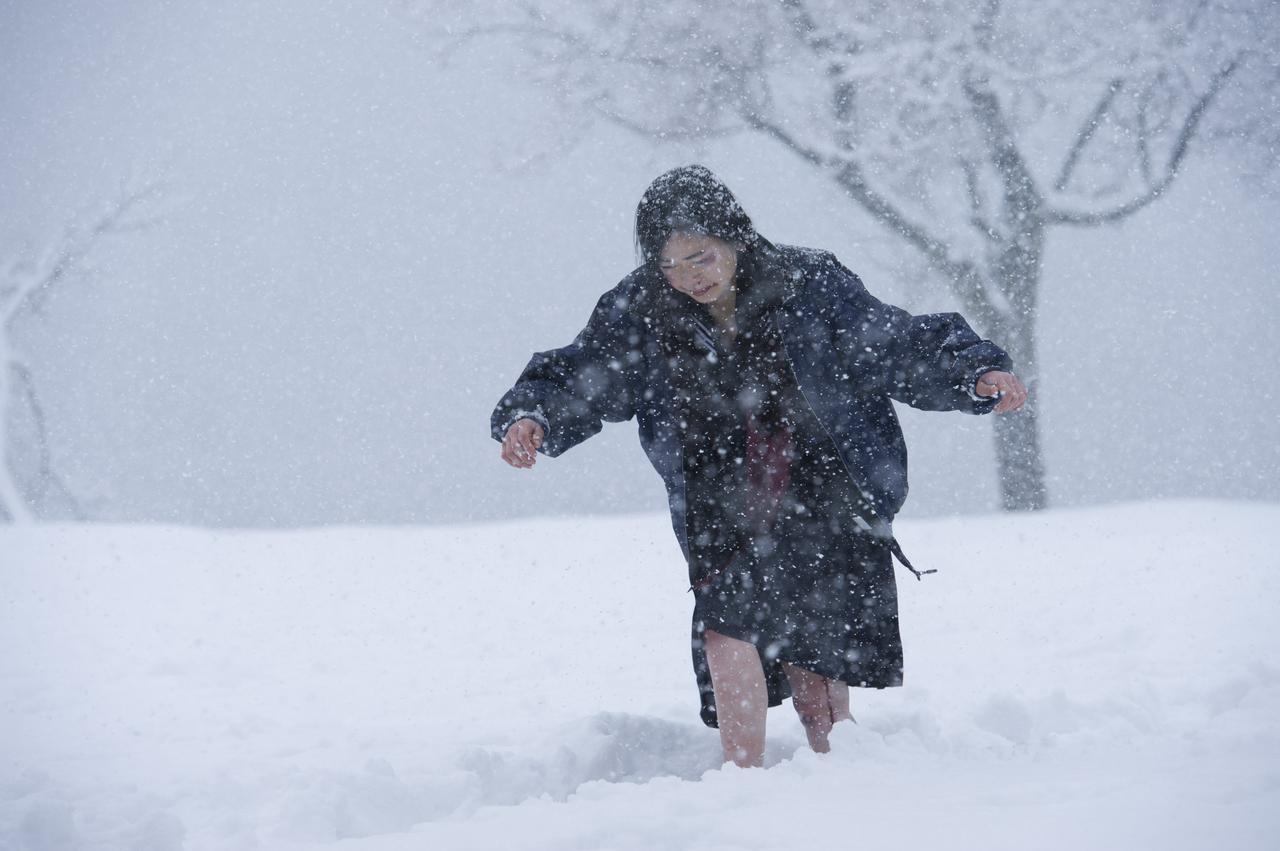 画像: 西川可奈子さん演じる中学3年生の葉子が元日に集団レイプされ、家に逃げ帰るシーン写真 ©「私は絶対許さない」製作委員会