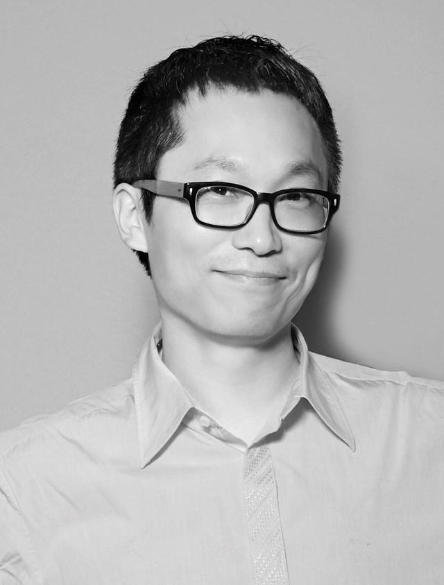 画像: 中央大学(Jungang University)で日本語/日本文学を専攻し、映画『イルマーレ』 (2000年/原題:時越愛)の助監督を務めた。学生時代、共同で制作したGODの「嘘」のPVが大ヒットし、それから東方神起の「HUG」、神話の「Crazy」、SESの「Just A Feeling」を含め、多数のPVを制作してビジュアルリストとしての地位を確立した。 デビュー作映画『愛なんていらない』(2006年)は注目を集め、『廃家』『ハロー?! オーケストラ』といった様々なジャンルに挑戦していくきっかけとなった。 本作では、保護者2人と精神専門医1人の同意があれば、一般人を精神疾患者と判定 可能な法律の矛盾をテーマに描いている。丁寧なストーリー展開は目の前に横たわる社会問題を切り取りつつも、映画監督としての才能を遺憾なく発揮し、今までにない新しいジャンルの物語を我々に見せてくれている。