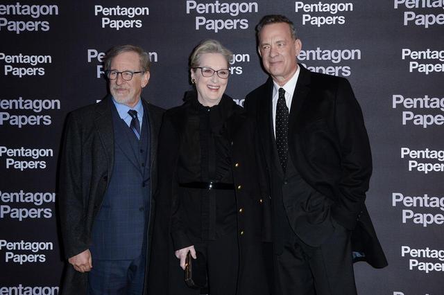 画像: 左よりスティーヴン・スピルバーグ監督、メリル・ストリープ、トム・ハンクス