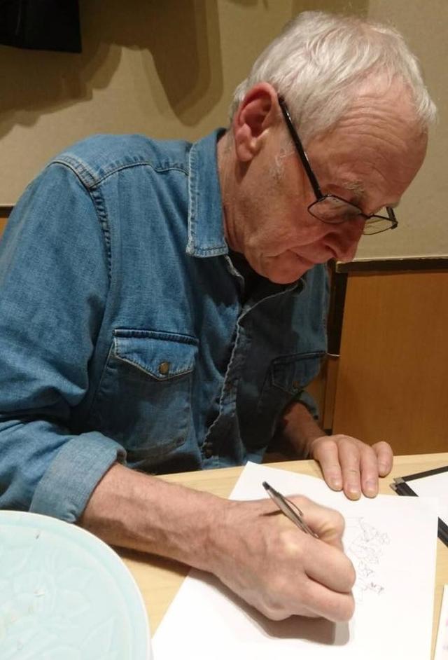 画像: 描き下ろしイラストを描くギリーズ・マッキノン監督