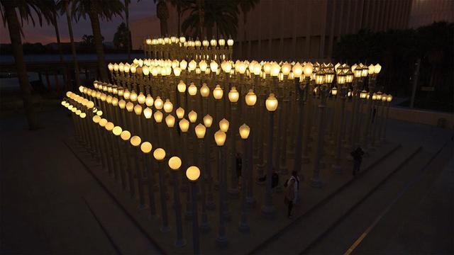 画像: ロサンゼルスカウンティ美術館の光のオブジェ https://www.facebook.com/pg/BurdenDoc/posts/?ref=page_internal
