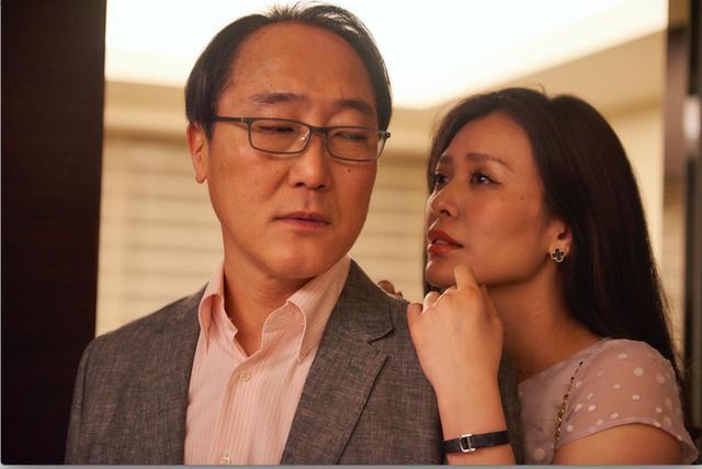 画像: 客としてきた雪村(佐野史郎) と結婚する主人公 ©「私は絶対許さない」製作委員会