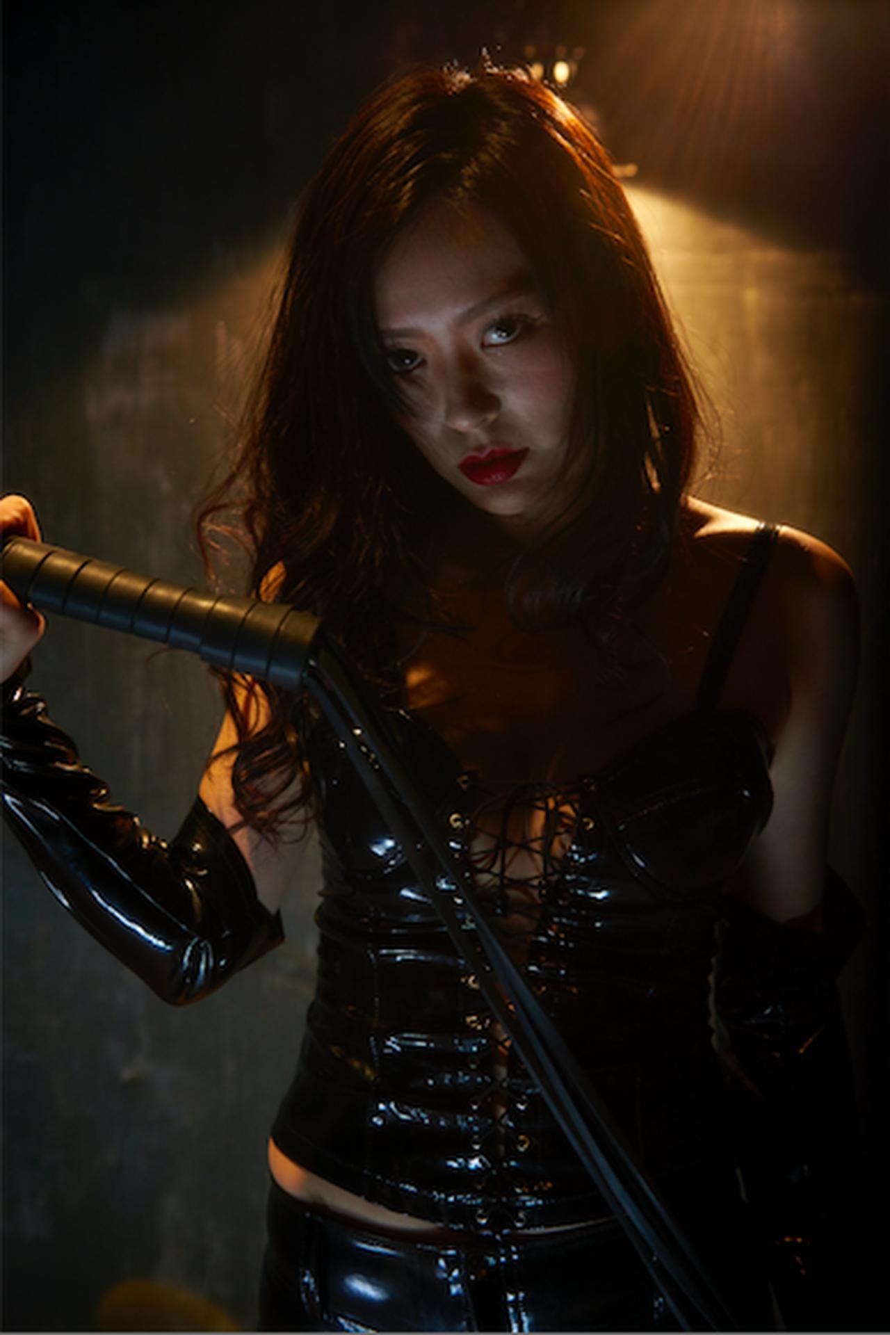 画像: SM嬢になる主人公(平塚千瑛) ©「私は絶対許さない」製作委員会