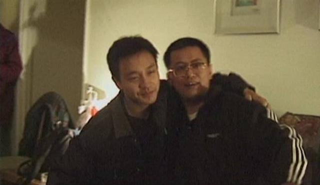 画像: レスリー・チャン(画面・左)とウォン・カーウァイ(画面・右) www.hkcinemagic.com