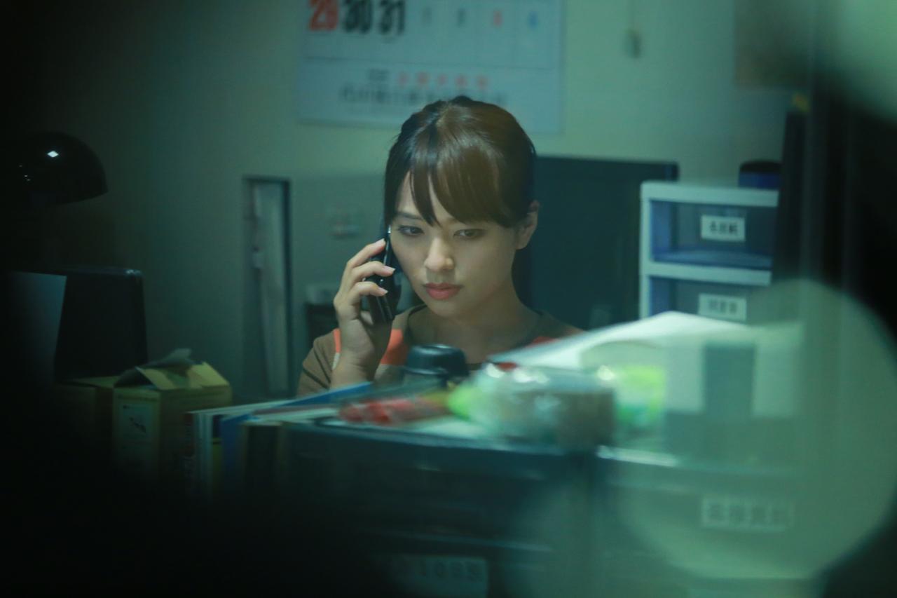 画像: 引越し店で電話をする香織(水崎綾女) (c)『一人の息子』製作委員会