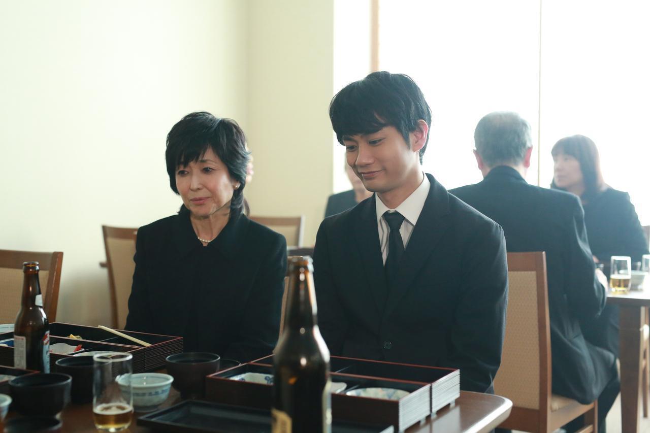 画像: 斎場の樹(馬場良馬)と叔母の郁子(竹下景子) (c)『一人の息子』製作委員会