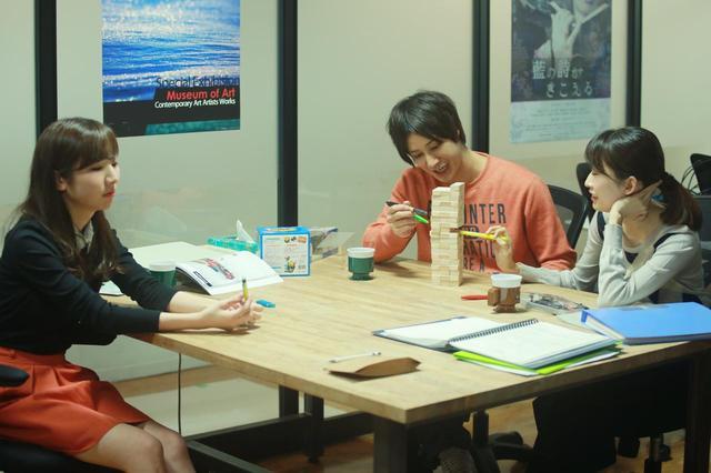画像: 製作会社で話している阿部(高崎翔太)と大石(双松桃子)と遠藤(橘美緒) (c)『一人の息子』製作委員会