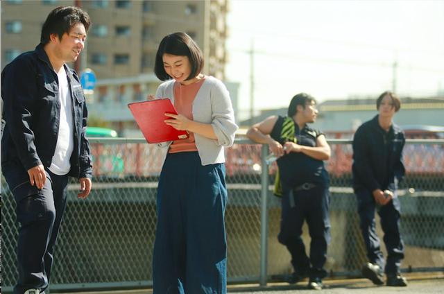 画像: お客さんからサインをもらう清太郎(篠原篤) (c)『一人の息子』製作委員会