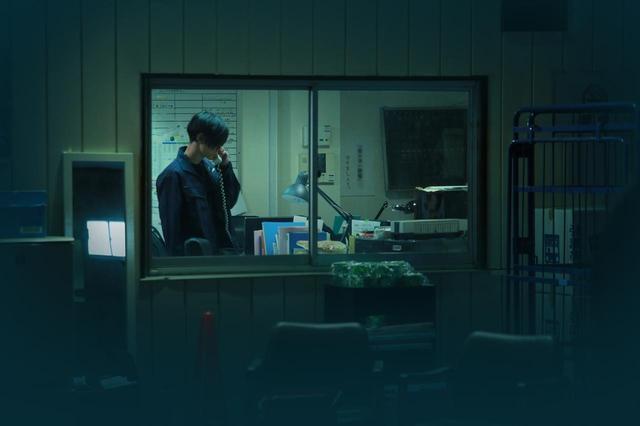 画像: 電話にでる歩(玉城裕規) (c)『一人の息子』製作委員会