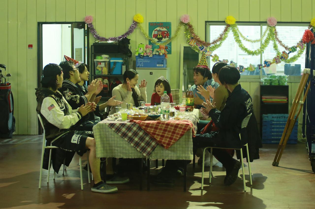 画像: 引越し屋での誕生日会 (c)『一人の息子』製作委員会