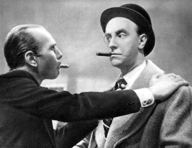画像: 右のガビーのマネージャーはモノクル(片眼鏡)を。左の映画会社のボスもモノクルをしている。