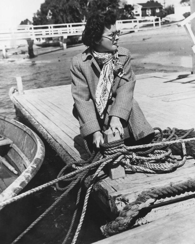 画像: 海岸で発見した娘の情人の死体をボートで沖に運ぼうとする主婦、ジョーン・ベネット。