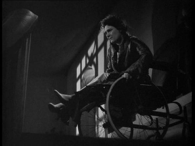画像: 脚の不自由なレオナルドの妻は、夫の浮気に気づき車椅子で階段を......