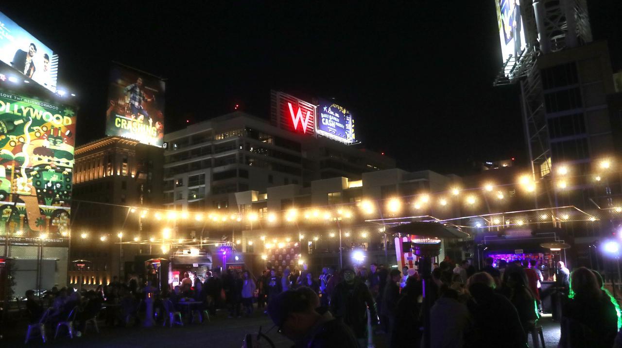画像: 写真が暗くて恐縮ですが、バブリーな雰囲気のDJパーティが。