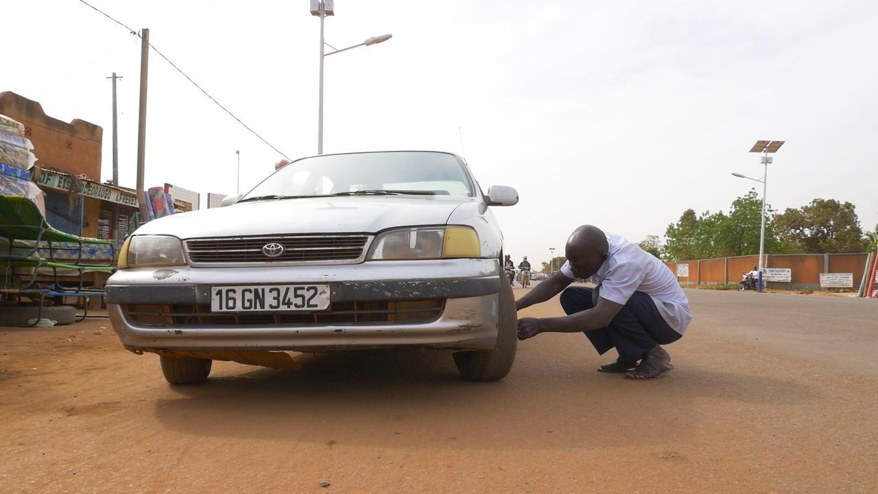 画像: 車の具合を調べるアブドゥルさん