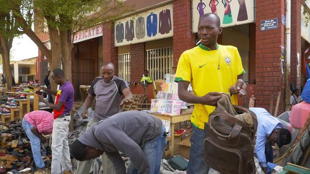 画像: 清水さんを見つけて声をかけてくる、路上で靴を売っている若者たち
