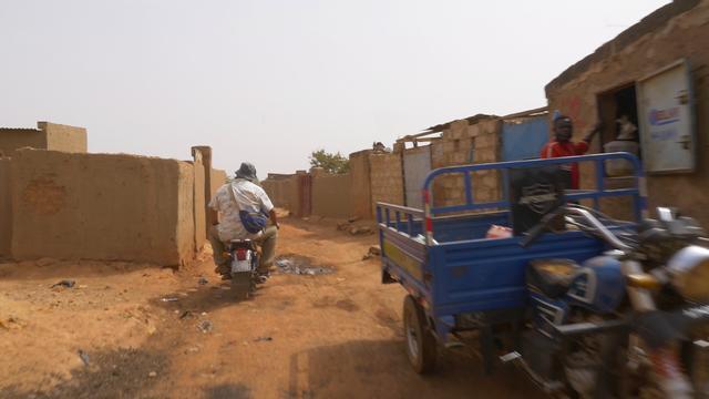 画像: バイクに跨っている清水さん