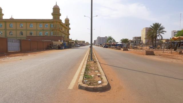 画像: 空港近くの舗装された道路