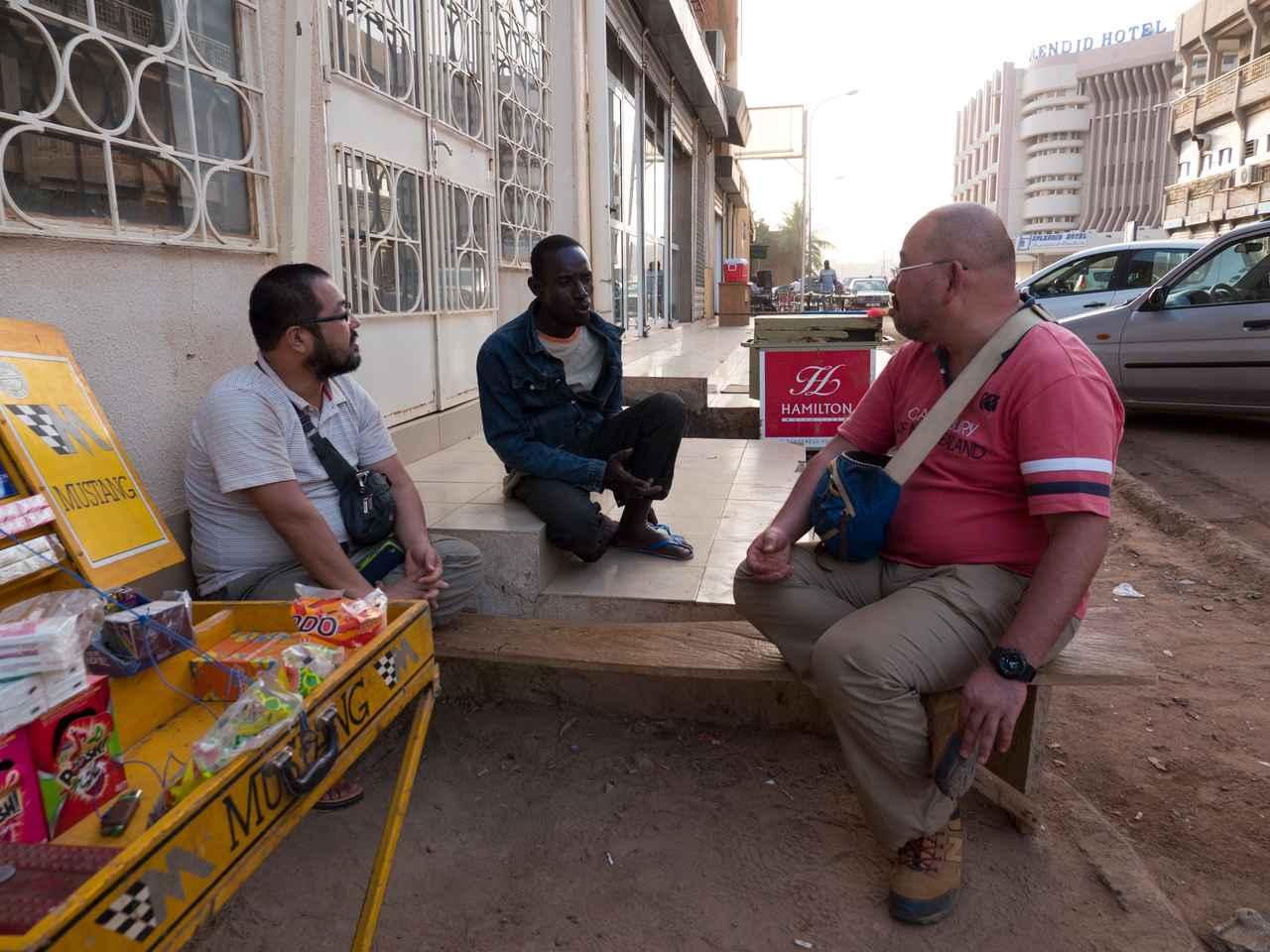 画像: 街角で談笑、真ん中は清水さんの調査のお手伝いをしている英語も話せるラミンさん
