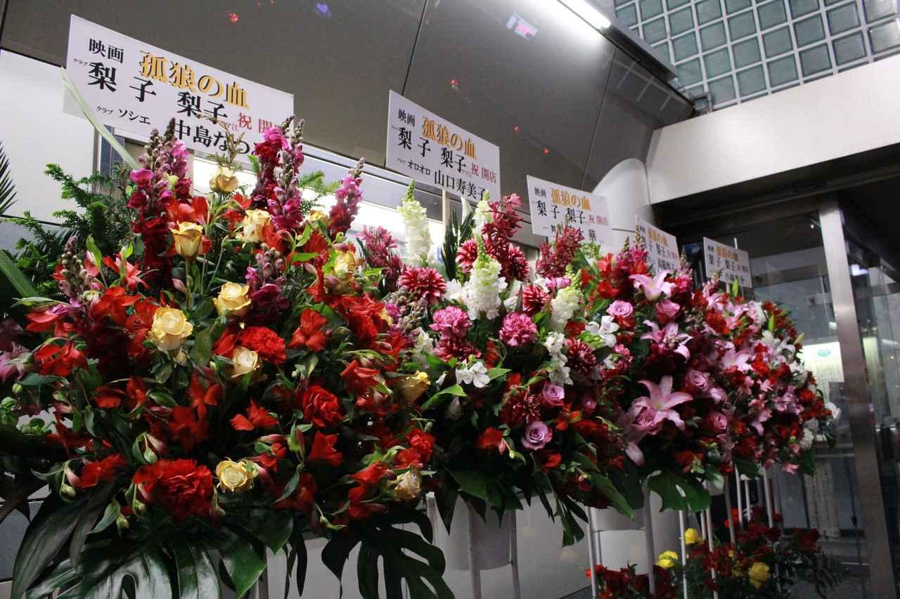 画像3: スタンド花が並びつくす銀座の店のオープン! 同じ様子が丸の内TOEI2の前に登場!(本物の一流店から--)