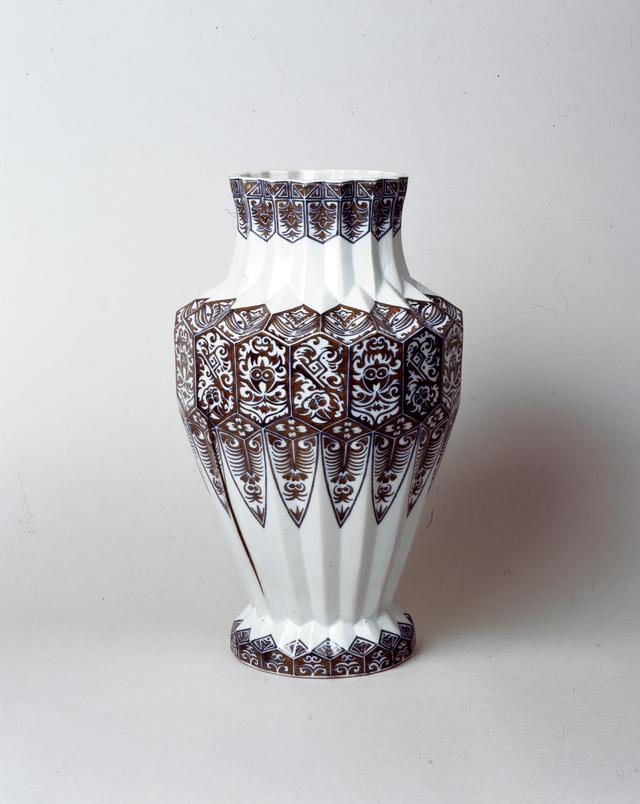 画像: 川本桝吉(初代) 《釉下彩切子形花瓶》 明治14年(1881) 磁器、釉下彩 瀬戸蔵ミュージアム