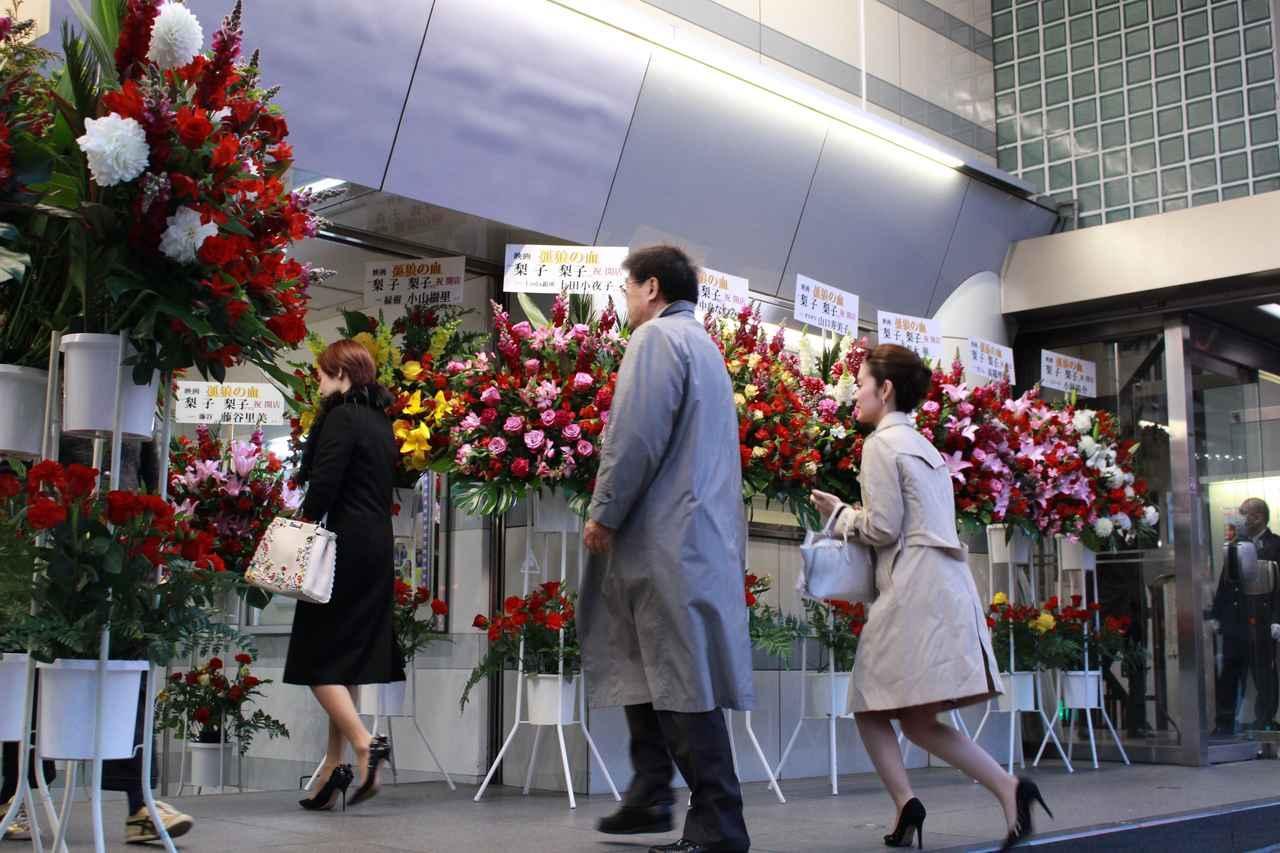 画像7: スタンド花が並びつくす銀座の店のオープン! 同じ様子が丸の内TOEI2の前に登場!(本物の一流店から--)