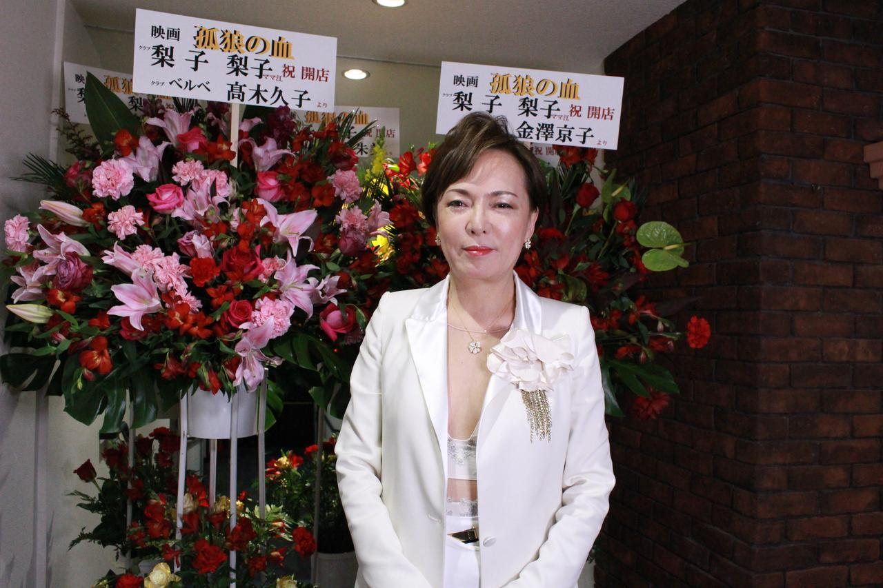 画像10: スタンド花が並びつくす銀座の店のオープン! 同じ様子が丸の内TOEI2の前に登場!(本物の一流店から--)