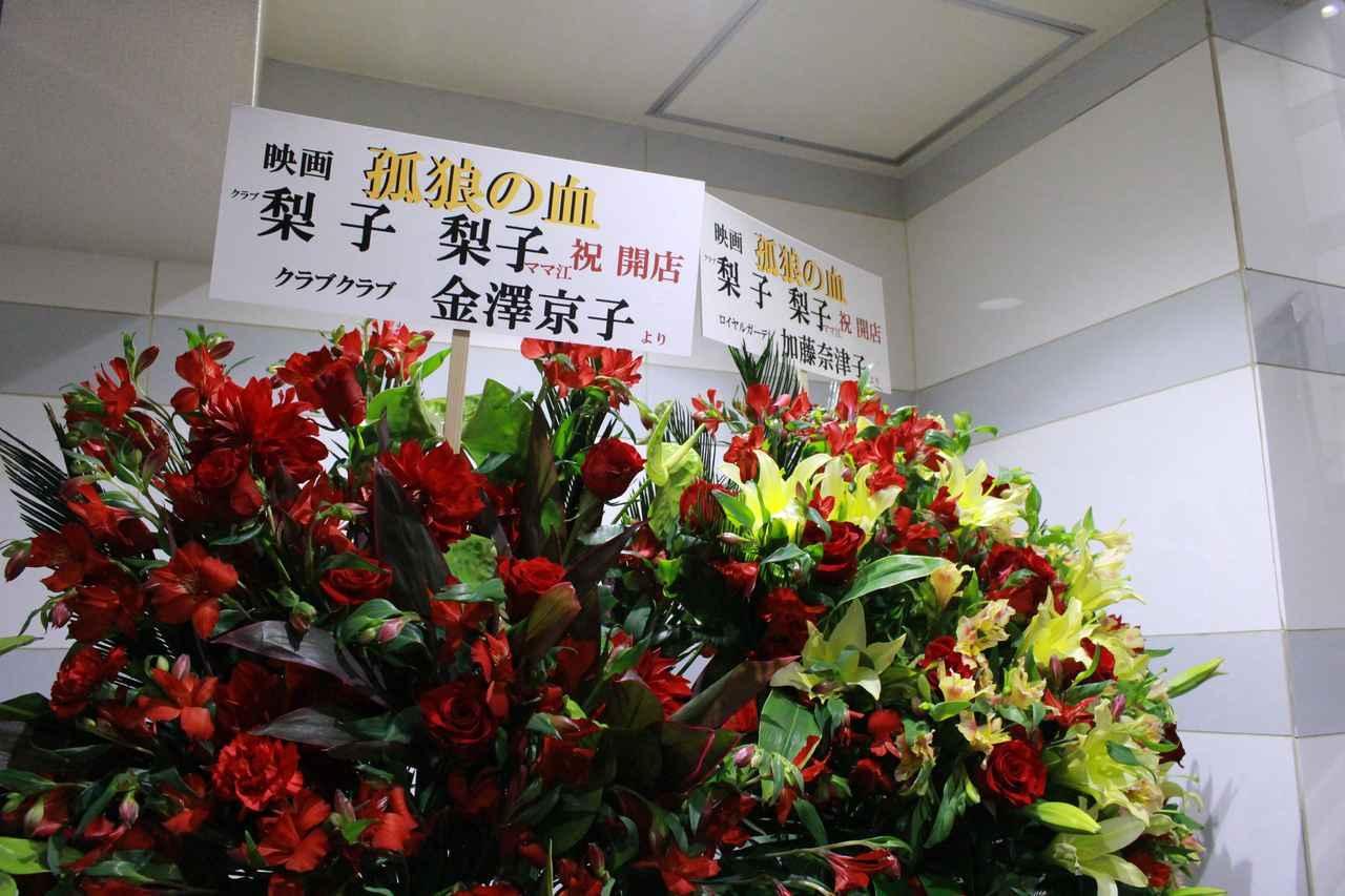 画像5: スタンド花が並びつくす銀座の店のオープン! 同じ様子が丸の内TOEI2の前に登場!(本物の一流店から--)