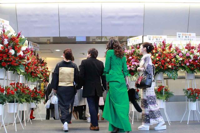 画像6: スタンド花が並びつくす銀座の店のオープン! 同じ様子が丸の内TOEI2の前に登場!(本物の一流店から--)