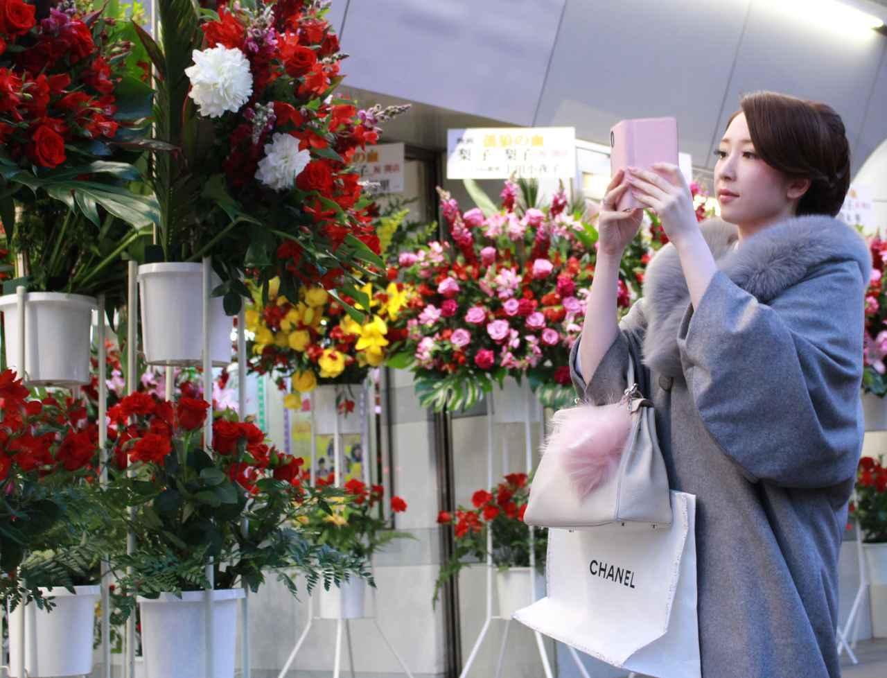 画像8: スタンド花が並びつくす銀座の店のオープン! 同じ様子が丸の内TOEI2の前に登場!(本物の一流店から--)