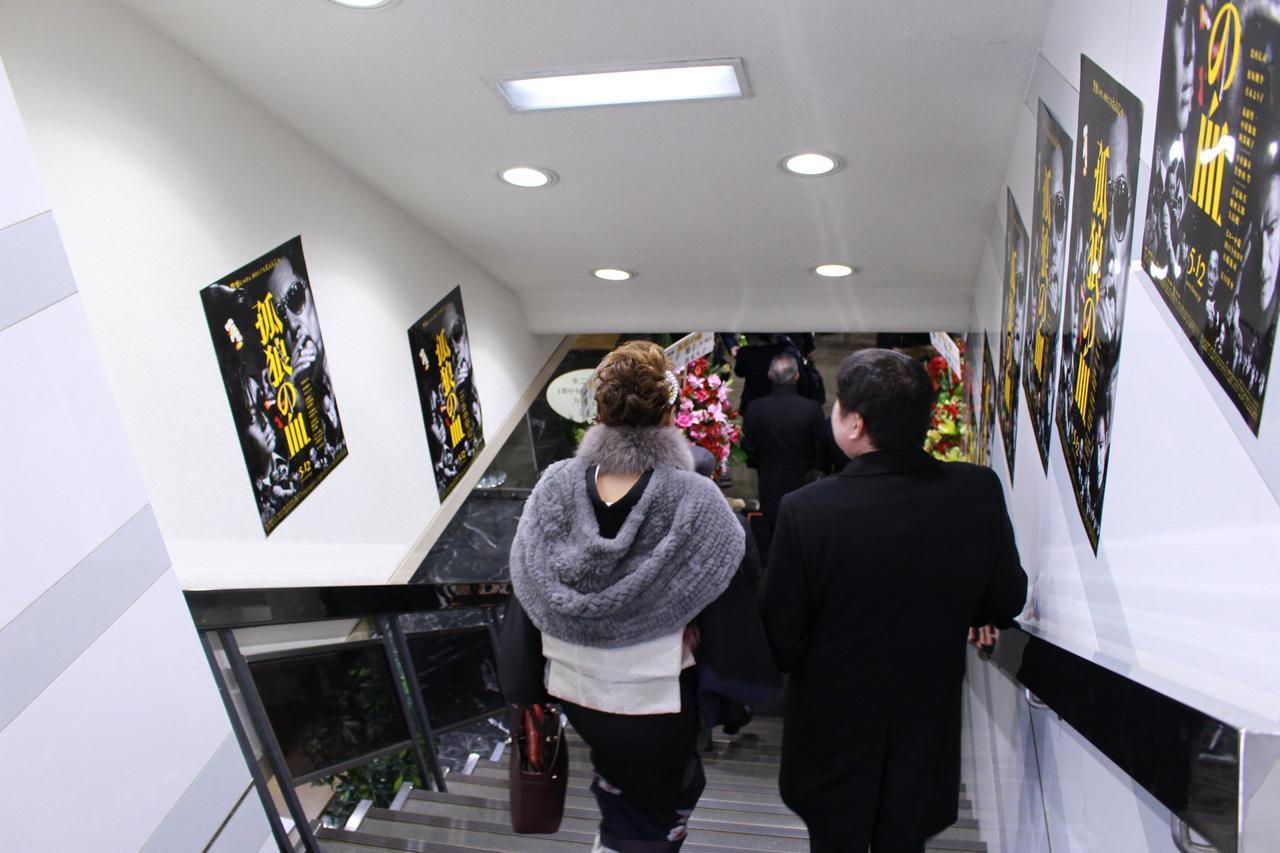 画像9: スタンド花が並びつくす銀座の店のオープン! 同じ様子が丸の内TOEI2の前に登場!(本物の一流店から--)