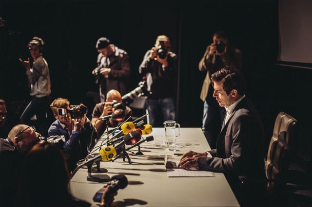画像: クリスティアンが記者会見を受けている。何をしてしまったのか。 © 2017 Plattform Produktion AB / Société Parisienne de Production / Essential Filmproduktion GmbH / Coproduction Office ApS