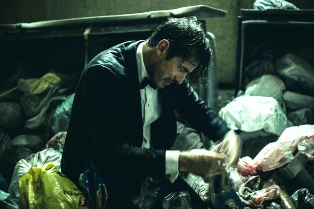 画像: エリートキュレーターのクリスティアンが、何やらボロボロになって雨に打たれてゴミをあさっている。 © 2017 Plattform Produktion AB / Société Parisienne de Production / Essential Filmproduktion GmbH / Coproduction Office ApS
