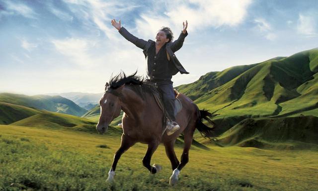 画像: 本編映像到着!夜明け前の草原、色彩豊かな民族衣装に身を包むシャーマン...神秘的で、幻想的なキルギス映画『馬を放つ』岩波ホール創立50周年記念作品第2弾!