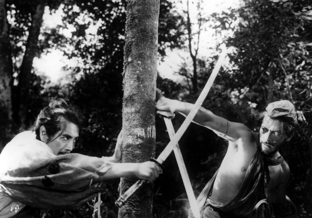 画像: Masayuki Mori (L), Toshiro Mifune (R) © 1950 KADOKAWA